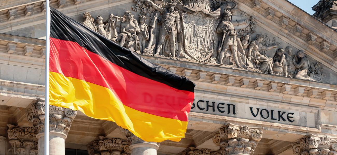 Szoros eredmény Németországban, benzin hiány Angliában